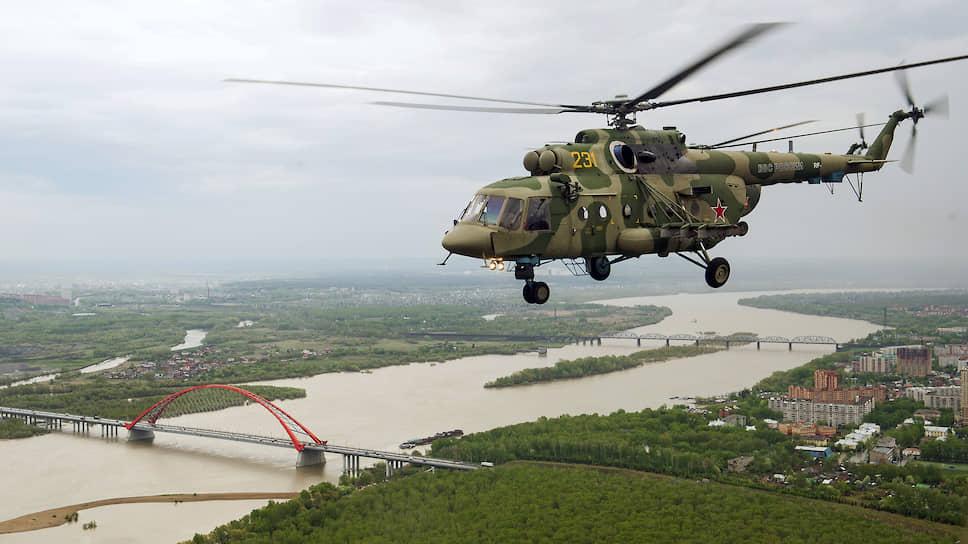 Репетиция воздушной части военного парада, посвященного 75-й годовщине Победы в Великой Отечественной войне. Пролет вертолета Ми-8 над Бугринским мостом в Новосибирске