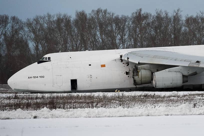 """СК <a href=""""/doc/4574202"""">сообщил</a> о причинах аварийной посадки самолета Ан-124 в Новосибирске"""