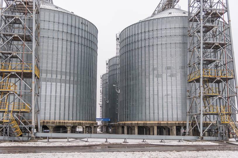 """Активы обанкроченного агрохолдинга «Юг Сибири» <a href=""""/doc/4584044"""">будут выставлены на торги</a> отдельными лотами. Общая стоимость его имущества, включая два маслоэкстракционных завода в Алтайском крае и один в Омской области, оценивается в 3,3 млрд руб."""