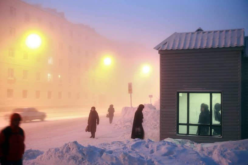 """Улицы Норильска <a href=""""/doc/4593602"""">засыпало</a> снегом. Высота снежного покрова превысила 60 см"""