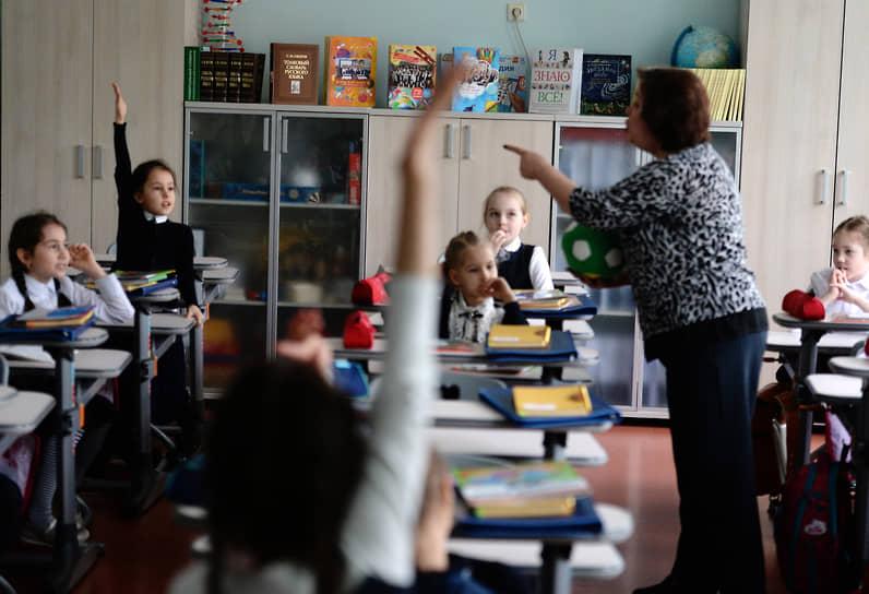 """Все школьники Новосибирска с 11 декабря <a href=""""/doc/4604417"""">вернулись к очному обучению</a>. В тоже время новогодние каникулы решено продлить до 17 января"""