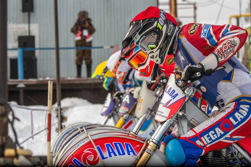 Спортсмены на старте во время заездов в финале Кубка России по мотогонкам на льду среди мужчин (класс 500) на мотодроме ДОСААФ
