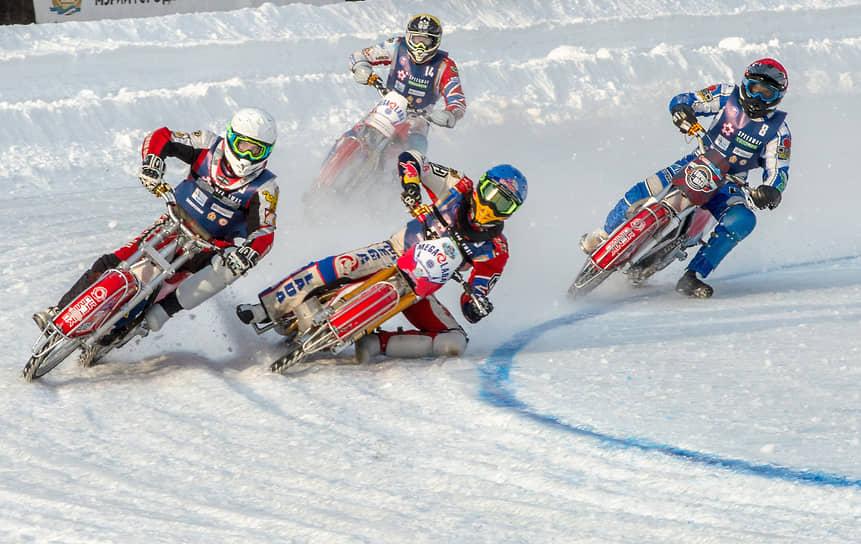 Спортсмены во время заездов в финале Кубка России по мотогонкам на льду среди мужчин (класс 500) на мотодроме ДОСААФ