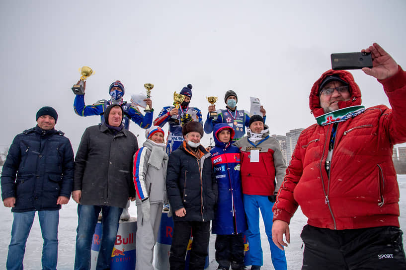 Во время церемонии награждения участников первого финала Кубка России по мотогонкам на льду среди мужчин