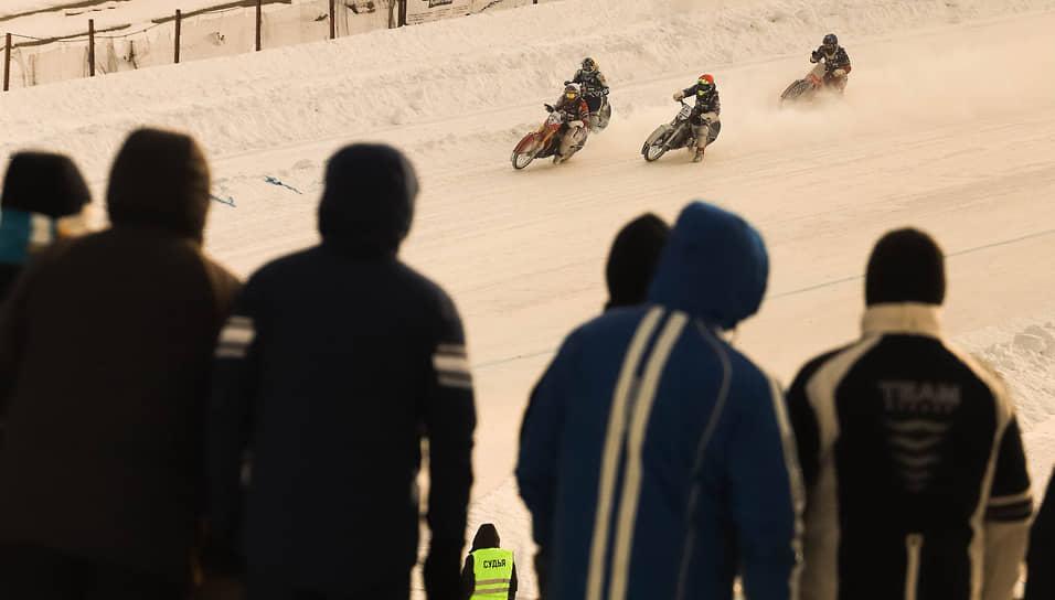 Хотя для болельщиков была организована прямая трансляция, некоторые зрители в мороз пришли посмотреть на гонки. При этом на трибуны заходить было запрещено