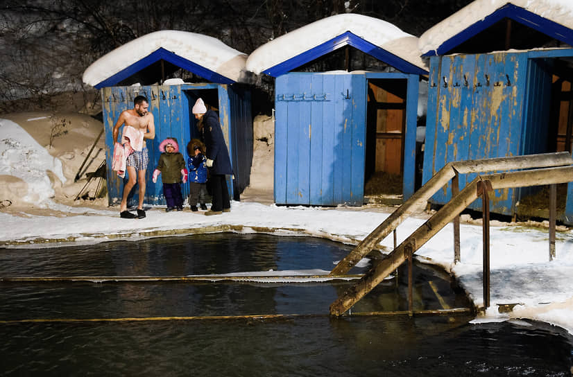 Верующие во время традиционного крещенского купания на источнике «Святой ключ» близ поселка Ложок в Искитимском районе