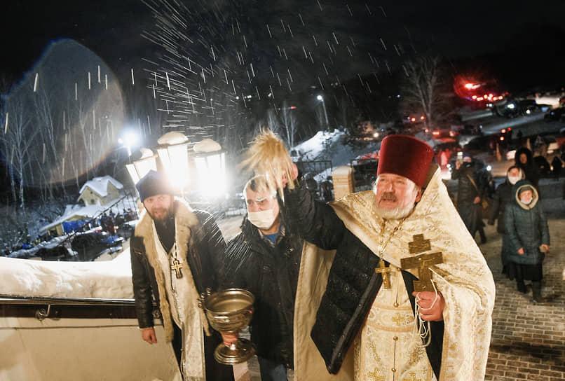 Крещенская служба на источнике «Святой ключ» близ поселка Ложок в Искитимском районе Новосибирской области
