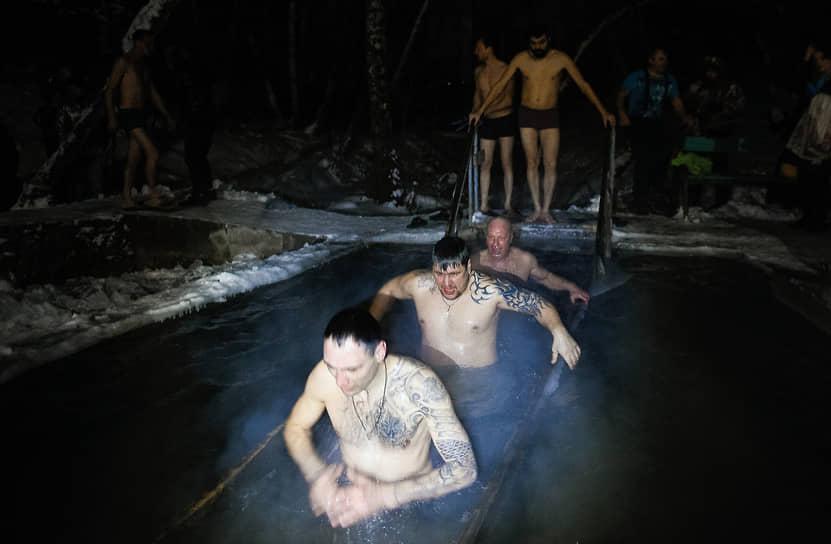Верующие во время традиционного крещенского купания на источнике «Святой ключ» близ поселка Ложок в Искитимском районе Новосибирской области