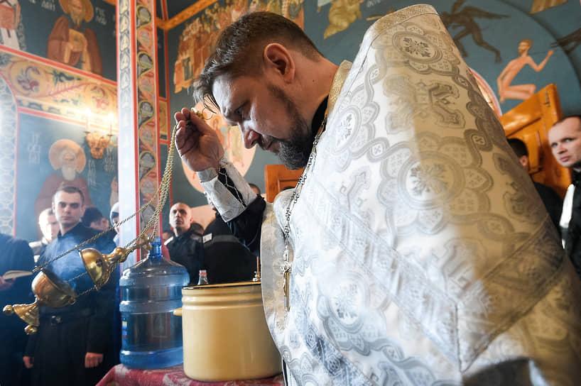 Служба в храме исправительной колонии №18 в Новосибирске во время  празднования Крещения Господня
