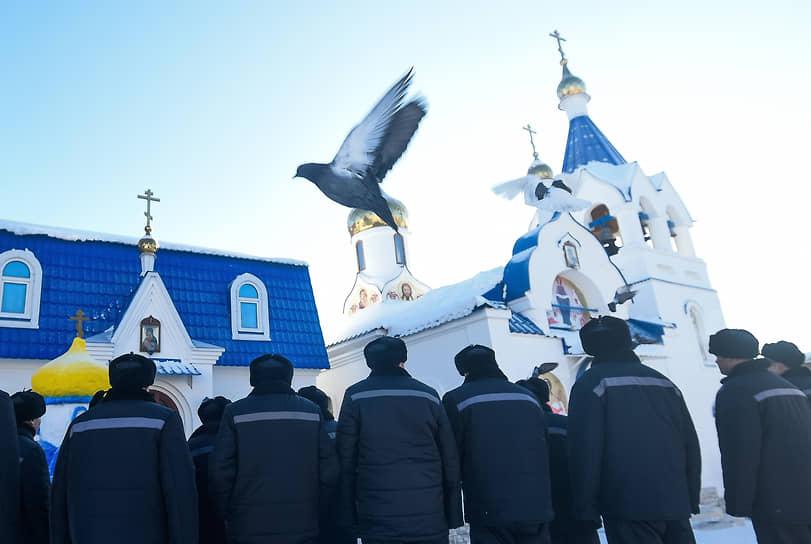 Осужденные наблюдают за омовением в честь Крещения Господня в исправительной колонии №18 в Новосибирске