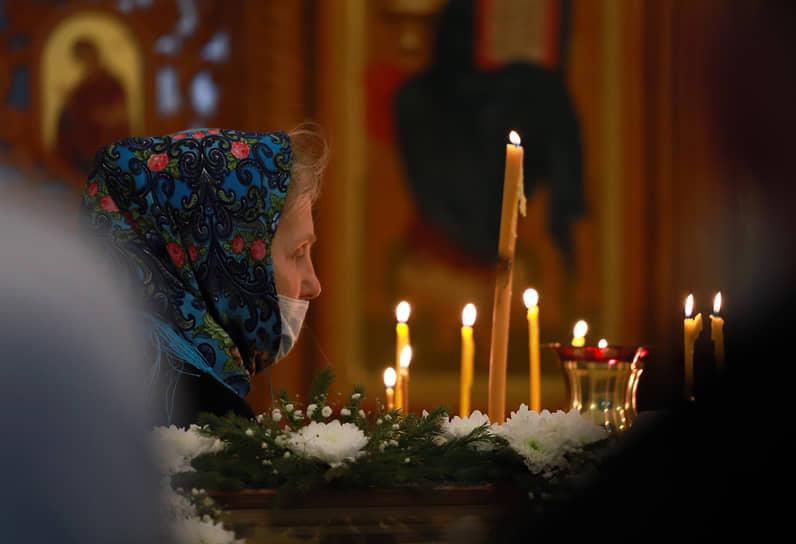 Верующая во время традиционного праздничного купания в Крещенский сочельник на источнике «Святой ключ» близ поселка Ложок в Искитимском районе Новосибирской области