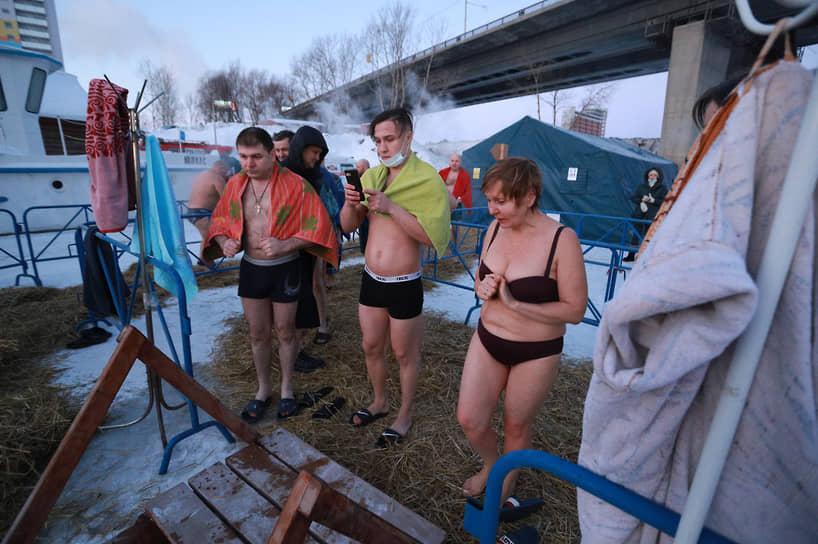 Крещенские купания в Новосибирске в купели у Дмитровского моста на реке Обь