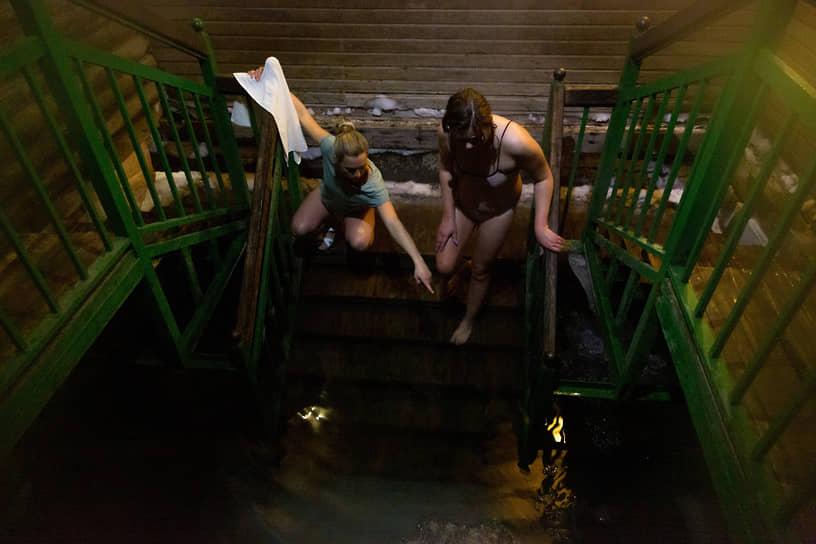 Верующие во время традиционного праздничного купания в Крещенский сочельник на источнике «Святой ключ» близ поселка Ложок в Искитимском районе Новосибирской области