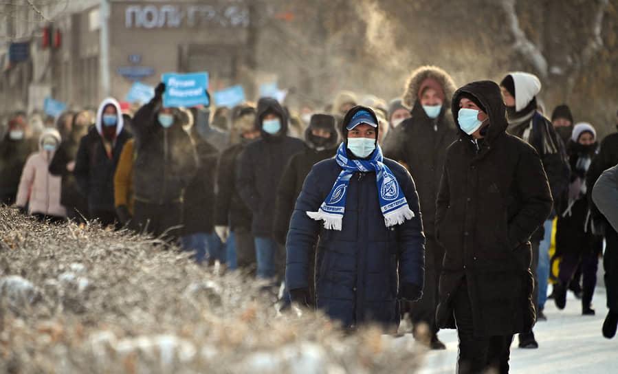 Митинг в поддержку политика Алексея Навального в Омске. Сотрудники полиции во время задержания участников митинга