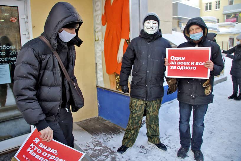 Митинг в поддержку политика Алексея Навального и шествие от Дома офицеров к площади Ленина