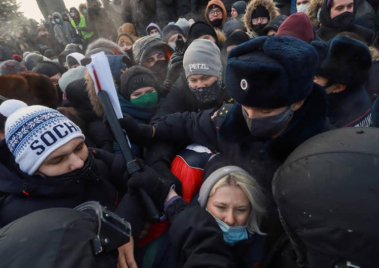 Акция в поддержку задержанного оппозиционера Алексея Навального на площади Ленина. Сотрудники полиции во время задержания участников акции