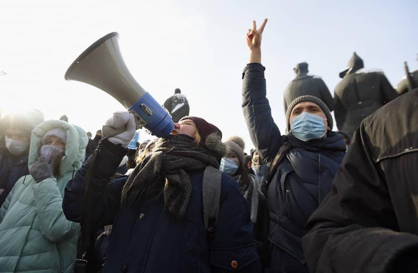 Участники во время несогласованная акция на площади Ленина в Новосибирске