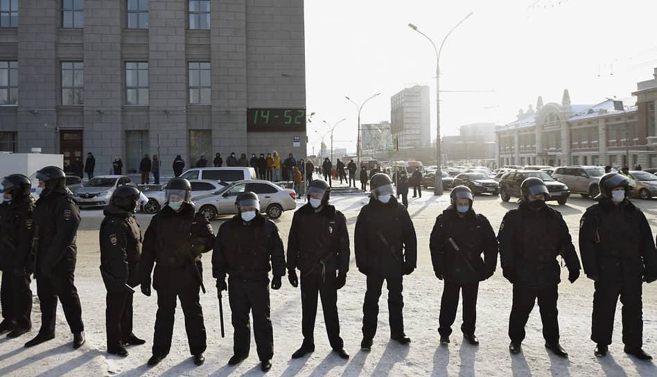 Митинг в поддержку политика Алексея Навального на Площади Ленина в Новосибирске. Сотрудники полиции во время митинга