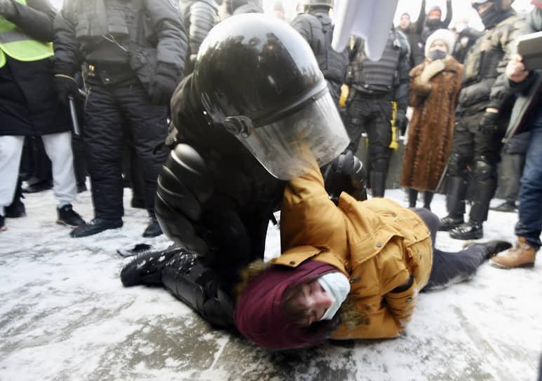 Митинг в поддержку политика Алексея Навального площади Ленина в Новосибирске. Сотрудник полиции во время задержания участника митинга