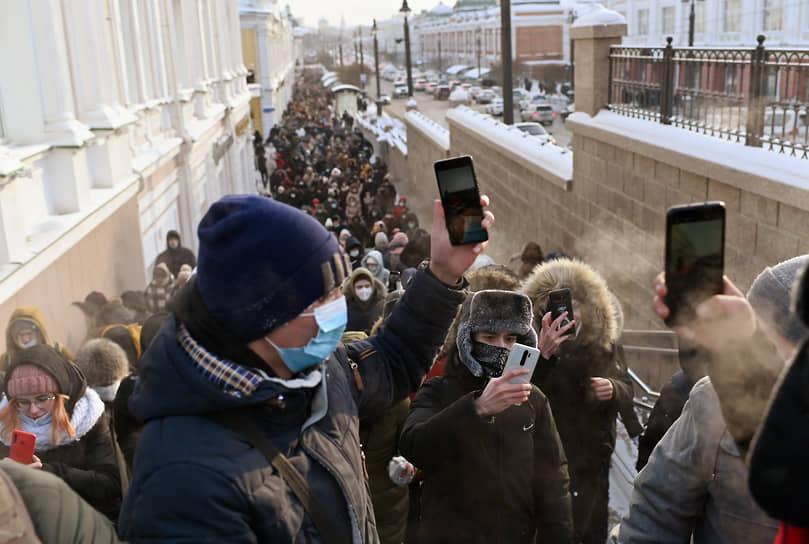 Митинг в поддержку политика Алексея Навального в Омске. Участники во время митинга