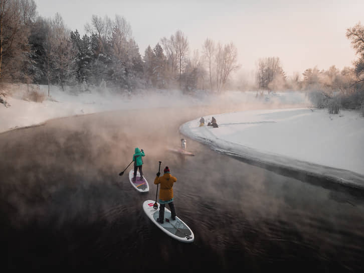 Участники клуба SUP_Novosibirsk во время занятий сапсерфингом на притоке реки Обь в - 30°C