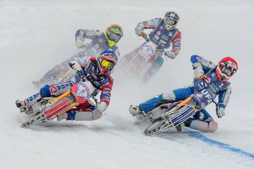 Первый финал Кубка России по мотогонкам на льду среди мужчин — класс 500 на территории мотодрома ДОСААФ. Участники соревнований во время заезда