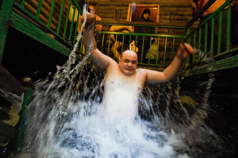 Праздник Крещения Господня. Верующие во время традиционного крещенского купания на источнике «Святой ключ» близ поселка Ложок в Искитимском районе Новосибирской области