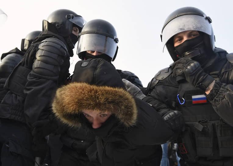 Митинг в поддержку политика Алексея Навального на Красном проспекте и Площади Ленина. Сотрудники полиции во время задержания участников митинга