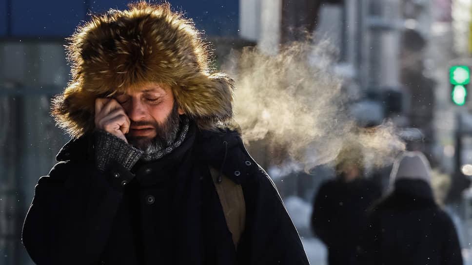 Прохожий на улице Новосибирска во время сильных морозов в январе