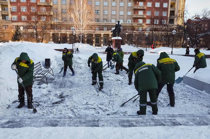 Сотрудники коммунальной службы во время уборки снега на площади Свердлова в Новосибирске