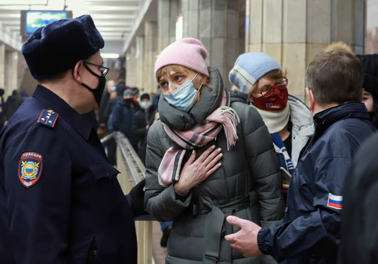 Усиление контроля за соблюдением «масочного режима» в общественном транспорте. Сотрудники полиции на станции метро во время рейда