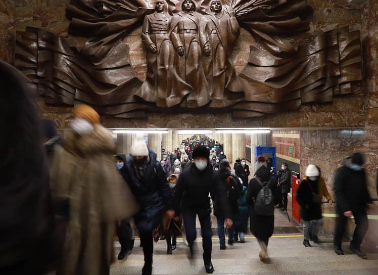 Станция метро «Красный проспект» в Новосибирске во время утреннего часа пик