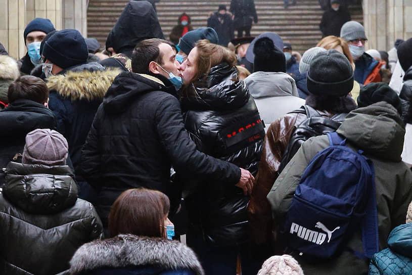 Пассажиры в медицинских масках целуются на станции метро в Новосибирске