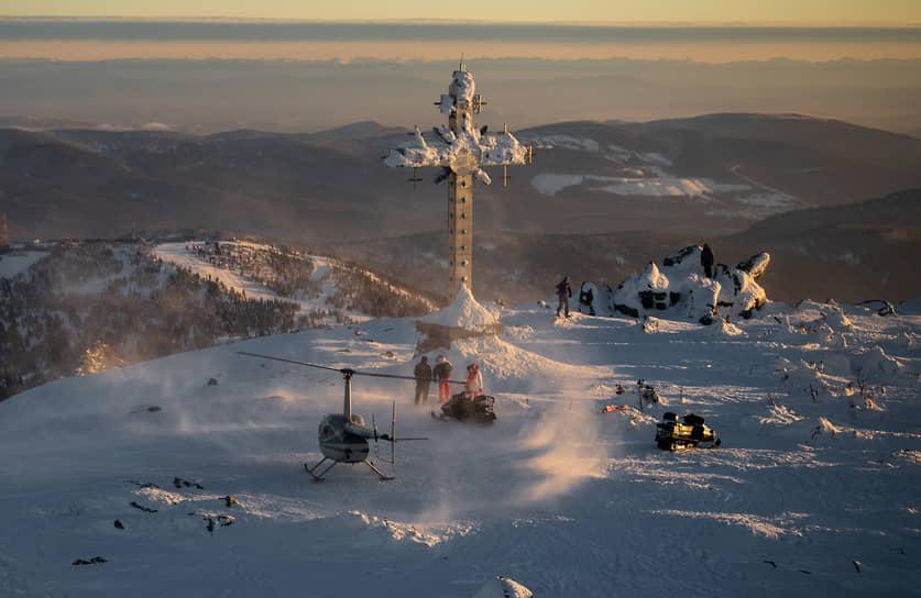 Работа горнолыжного курорта «Шерегеш» в Кемеровской области. «Поклонный крест» на горе «Зеленая» с высоты птичьего полета