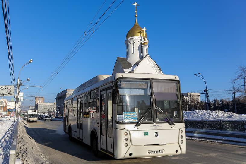 Новые муниципальные автобусы в Новосибирске. Автобус едет на фоне Часовни во имя Святителя и Чудотворца Николая в Центре Новосибирска