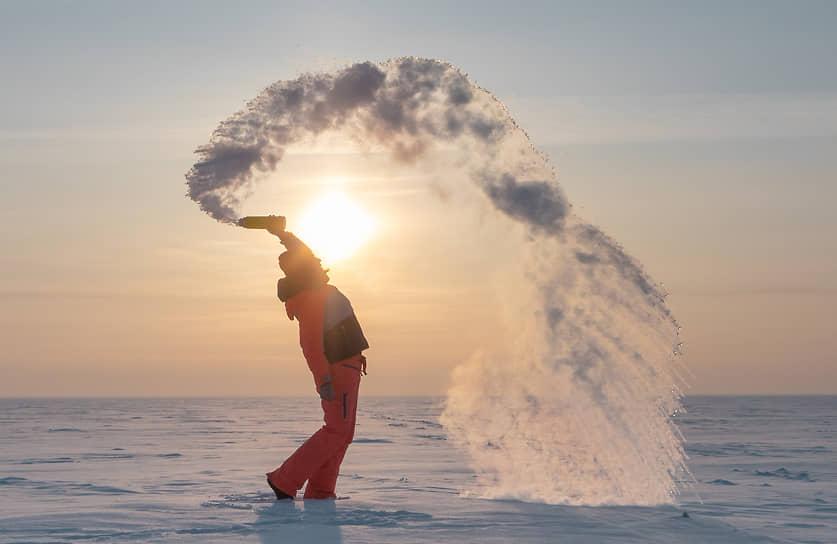 Сильный морозы в Новосибирской области. Девушка выливает кипяток в воздух, который моментально превращается в лед