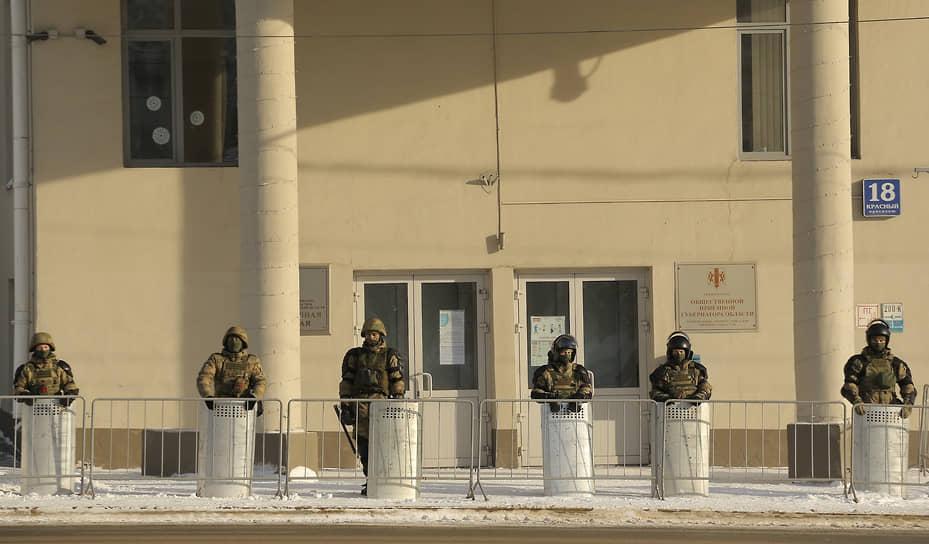 Несанкционированная акция в поддержку оппозиционера Алексея Навального в Новосибирске. Оцепление вокруг Правительства Новосибирской области
