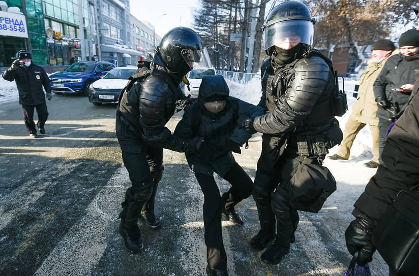 Участников шествия задерживали также в Первомайском сквере напротив мэрии