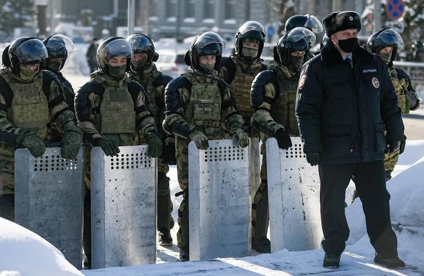На площади Ленина были установлены заграждения и стояли машины Росгвардии