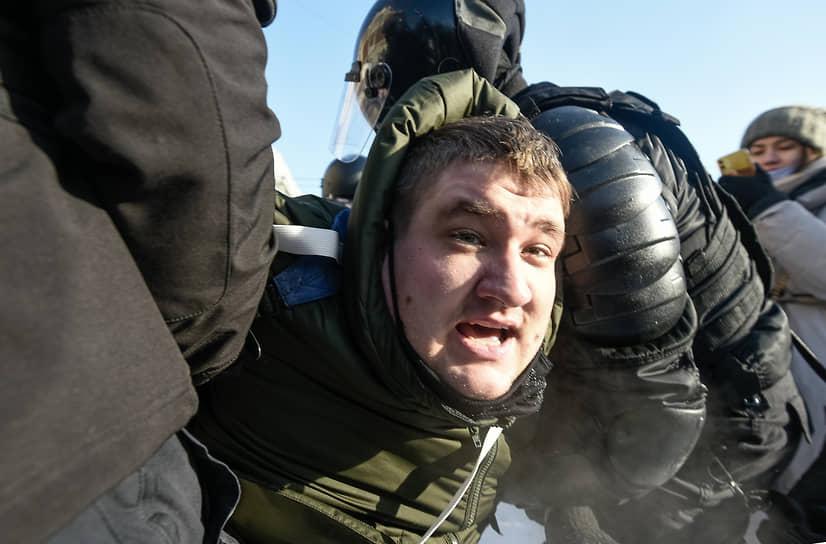 С самого утра сотрудники полиции дежурили на станции метро «Красный проспект», откуда сторонники Алексея Навального планировали начать шествие
