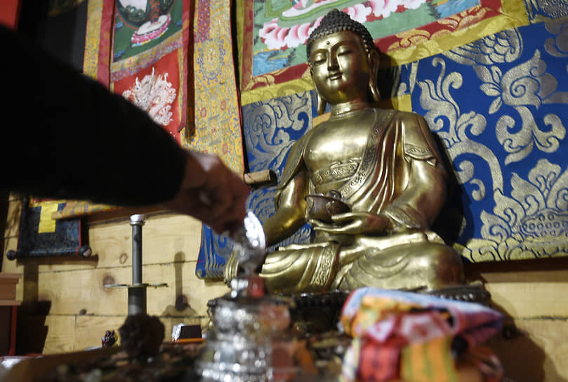 Во время ритуала Дугжууба, как говорят буддисты, происходит очищение от злых сил. Каждый прихожанин мысленно представляет, что в огне сгорают его дурные помыслы, несчастья и уничтожаются воздвигнутые перед ним духовные препятствия