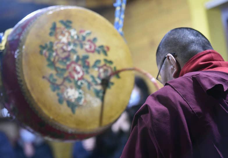 Во время молебна монахи стучат в обрядовые барабаны и колокольчики
