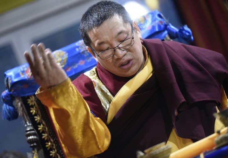 Ламы и верующие молятся, чтобы наступающий год не принес никаких препятствий. На фото: настоятель храма лама Бато Базаров во время обряда Дугжууба