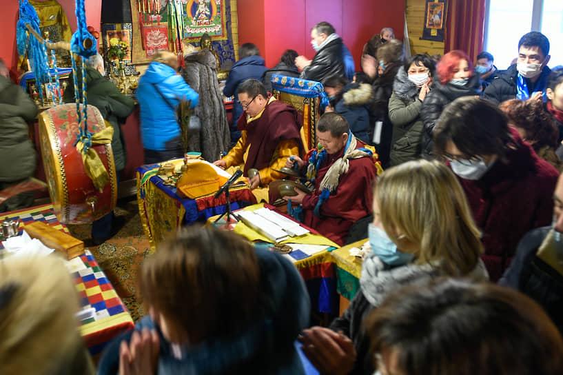 «Дугжууба» дословно с тибетского переводится как «60». Цель ритуала — избавиться от препятствий, которых в буддийской космологии шестьдесят