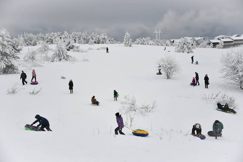 И, конечно, куда без традиционных видов зимнего отдыха — катания на плюшках. В сибирских городах организовано много мест, где родители с детьми могут спуститься с горы как на плюшках, так и на санках и ледянках