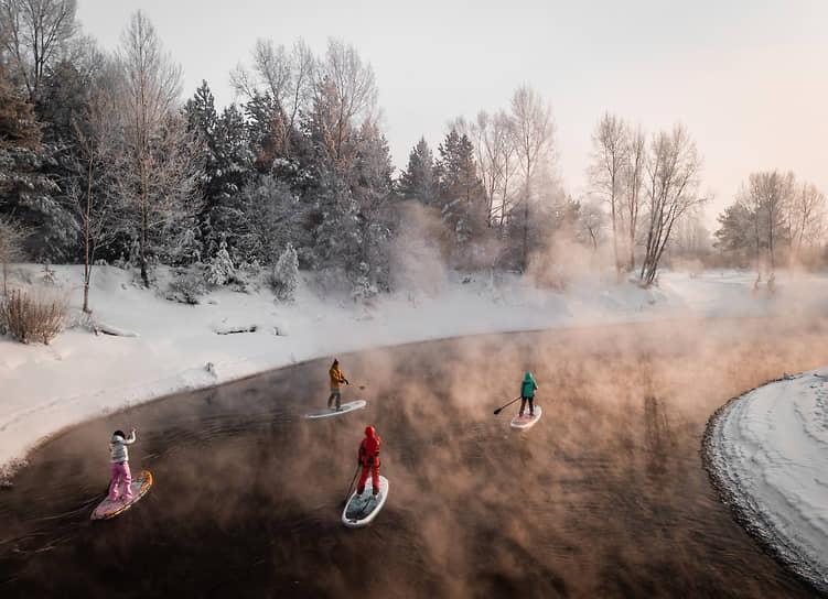 Несмотря на снегопады, серфингисты, вооружившись SUP-бордами, предпочитают проводить выходные, сплавляясь по реке Обь. На фото: один из сплавов по реке Оби на SUP-бордах при температуре минус 31 градус