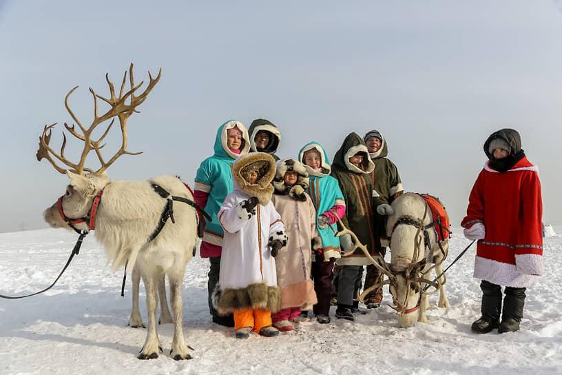 Каждый желающий мог стать на день жителем города эскимосов и прогуляться с оленями