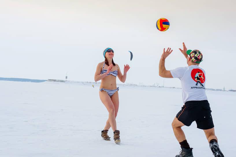 Спортивные сибиряки играют в пляжный волейбол не только летом. Закаленные жители могут себе позволить выйти с мячом и в холодное время года