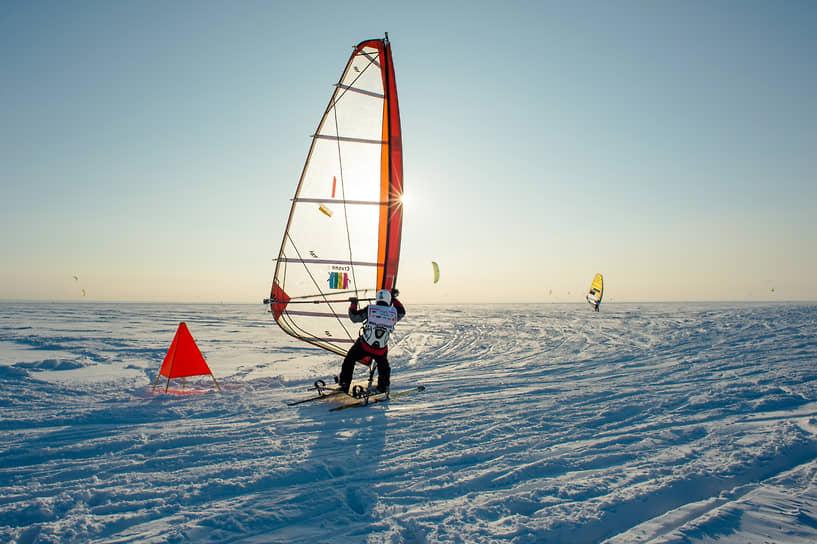 Для того, чтобы заняться этим необычным видом спорта, в первую очередь нужны парус, лыжи или сноуборд, а так же ветреная погода