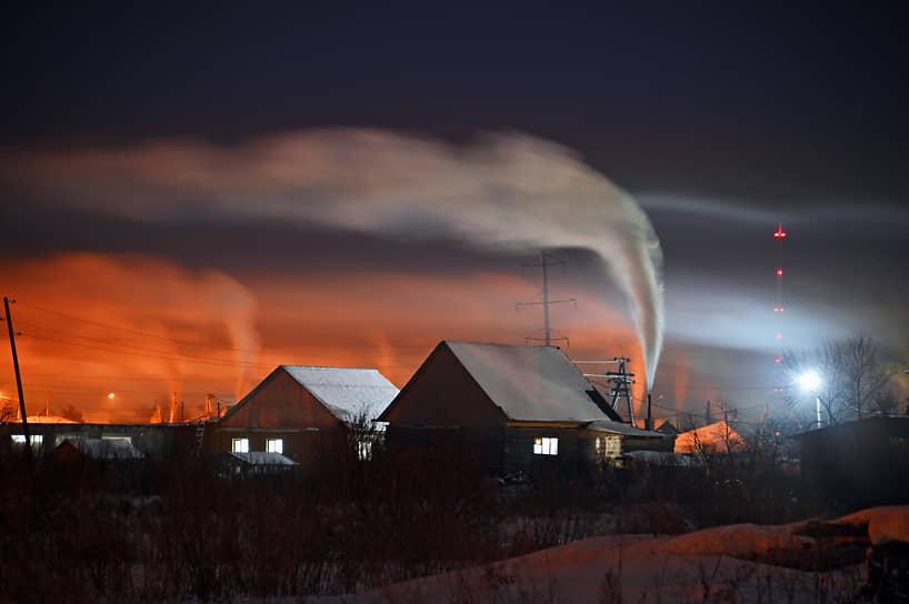 Виды города Тары, Омской области. Дым из трубы на территории частного сектора во время сильного мороза